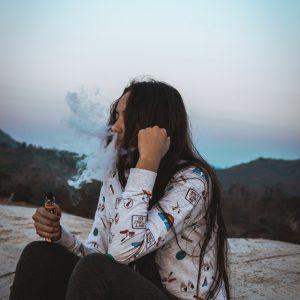 Kvinde ryger e cigaret